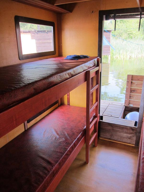 Weitere 2 Schlafplätze finden sich auf dem Doppelstockbett im hinteren Bereich des Floßes.