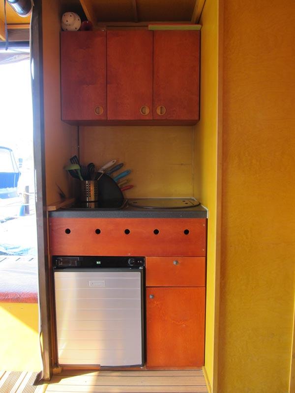 Unsere Küchenzeile besteht aus Gaskühlschrank, 2-flammigem Gasherd und einem Spülbecken, sowie umfangreichen Ess- und Kochgeschirr.
