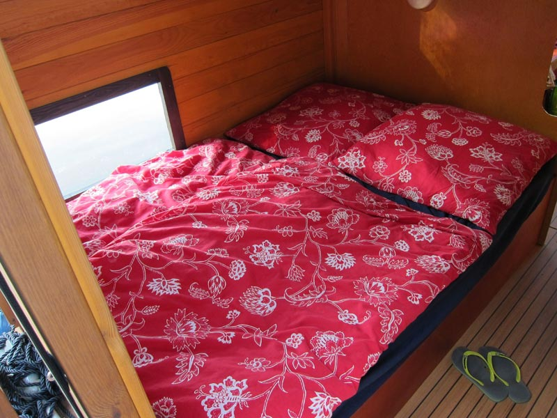 Das französische Bett bietet Platz für 2 Personen und unter dem Bett befindet sich eine großzügige Staufläche.