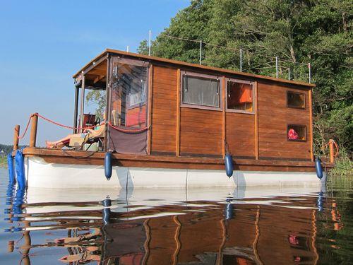 Das D9 ab Bootshaus Wolzig mit Planenfenstern und Tueren und dem Führerstand außen im überdachten Bereich.