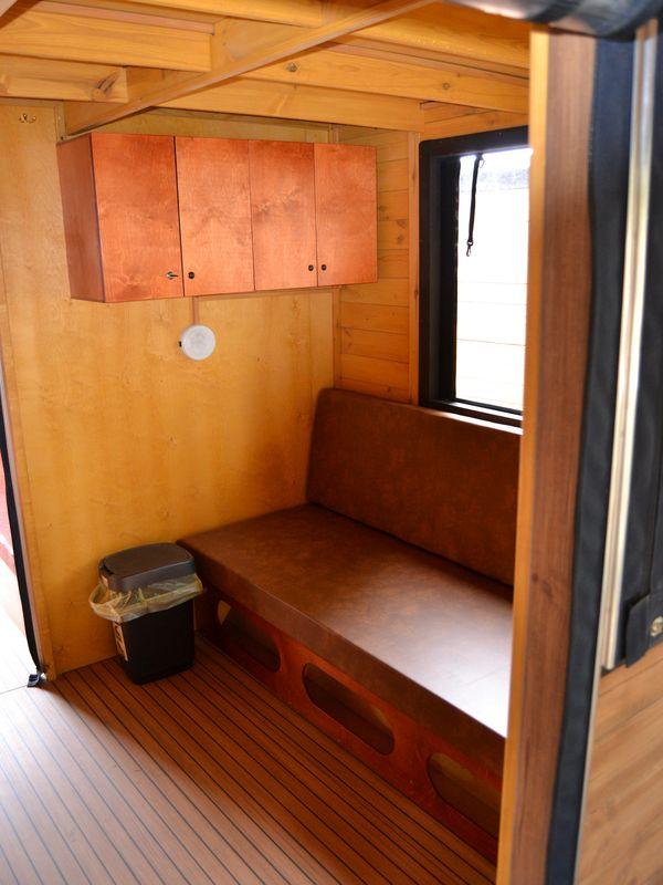 Diese Couch ist ausziehbar und bietet dann eine Schlaffläche von 1,40 x 2,00 m.