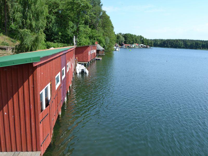 Ein Blick vom Liegeplatz der Flöße über die Bootshäuser am Großen Zechliner See.