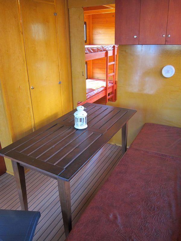 Blick von der Ausziehcouch auf die Toilettenkabine und das Doppelstockbett.