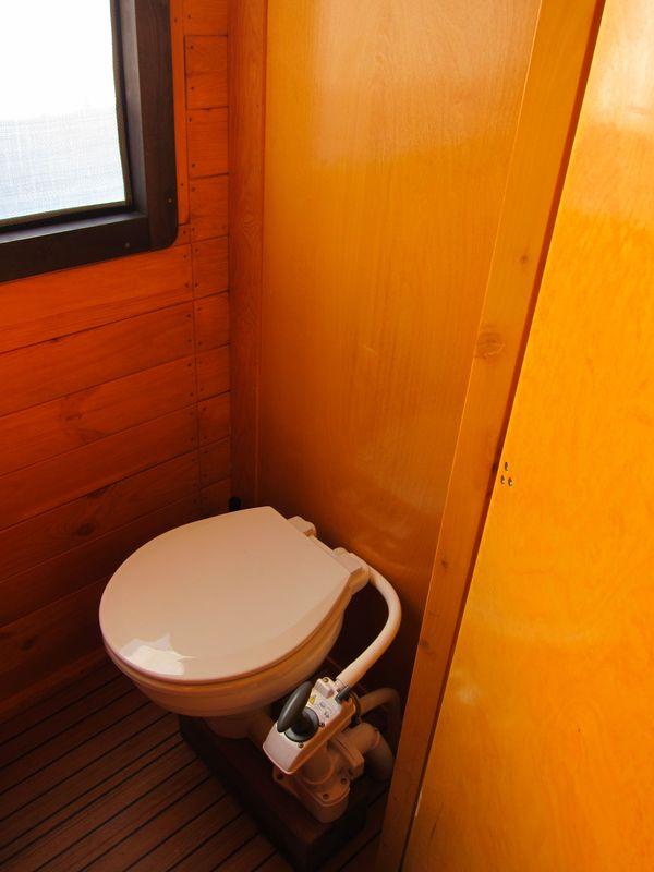 In unserer WC-Kabine befindet sich eine ordentliche Toilette mit Fäkalientank und ein Waschbecken mit fließend kaltem Wasser.