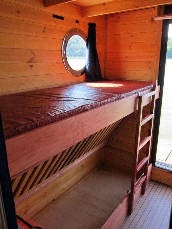 Blick in den Schlafraum mit Doppelstockbett