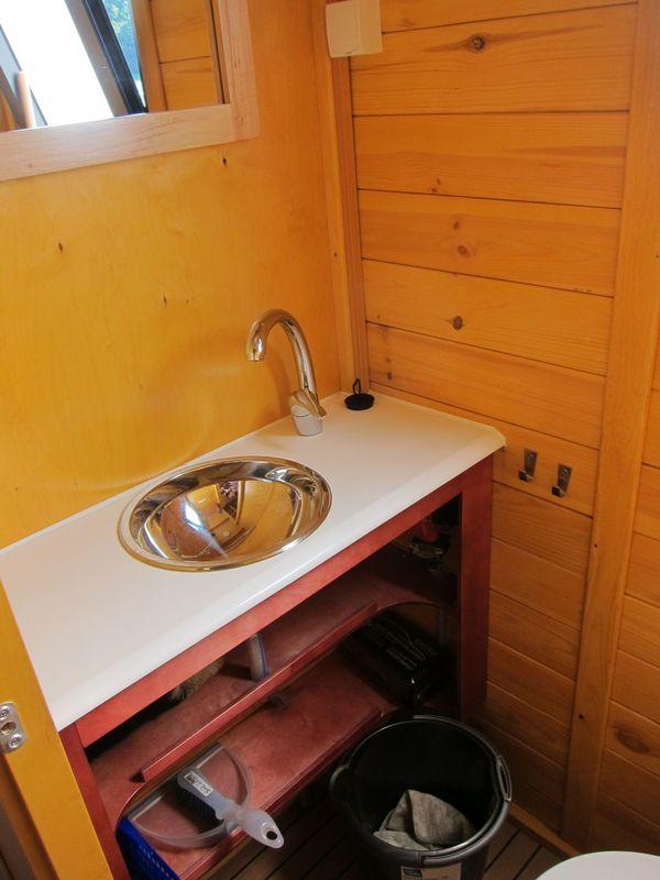 Die WC-Kabine mit Waschbecken und fliessend heissem Wasser.