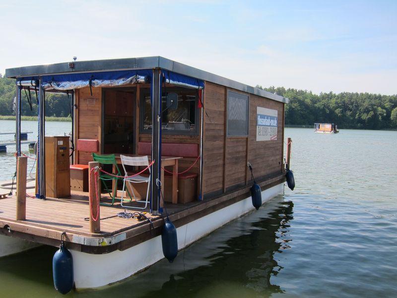 Das D9 ab Bootshaus Wolzig mit Führerstand außen im überdachten Bereich.