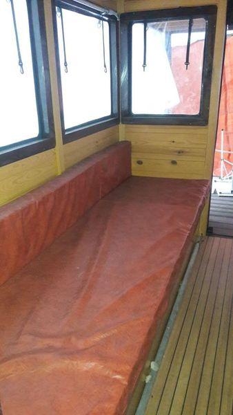 2 Sitzbänke sind zu einer Schlaffläche ausklappbar